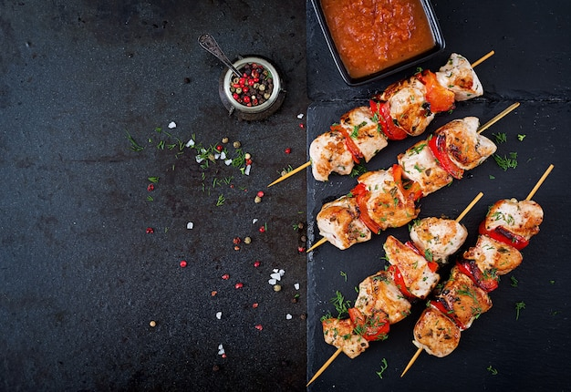 Chicken skewers with slices of sweet peppers and dill. tasty food. weekend meal. Premium Photo