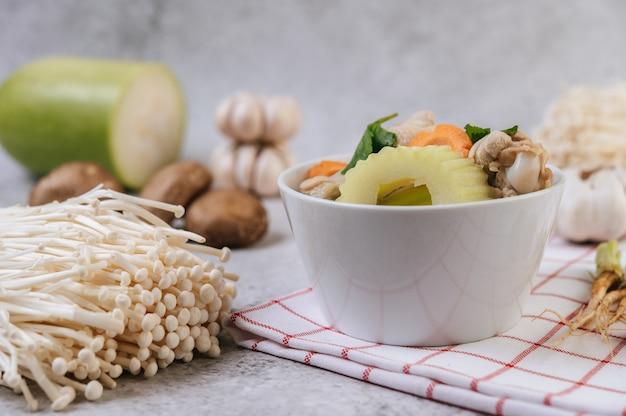 옥수수, 표고 버섯, 팽이 버섯, 당근이 들어간 치킨 수프. 무료 사진
