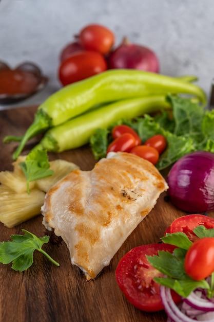 木製トレイに置かれたチキンステーキ。 無料写真
