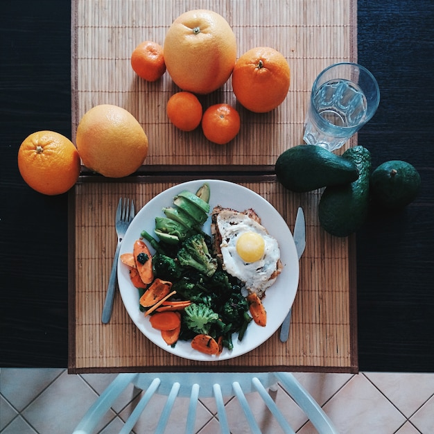 Chicken steak with egg, spinach, broccoli and avocado Free Photo