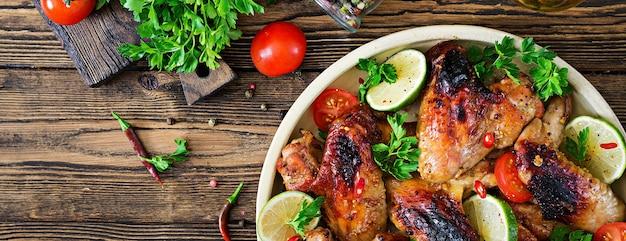 Ali di pollo del barbecue in salsa dolcemente acida. picnic. menu estivo. cibo gustoso. vista dall'alto. disteso Foto Gratuite
