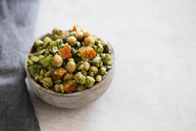 ひよこ豆とアボカドのサラダ 無料写真