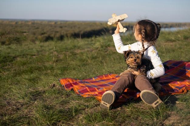 Ребенок и собака играют с игрушками Бесплатные Фотографии