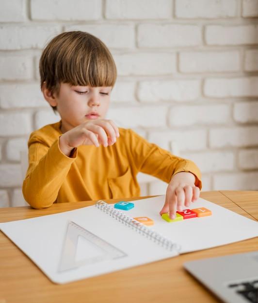 オンラインで家庭教師されている机の子 無料写真