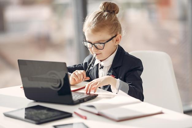 Ребенок в офисе с ноутбуком Бесплатные Фотографии