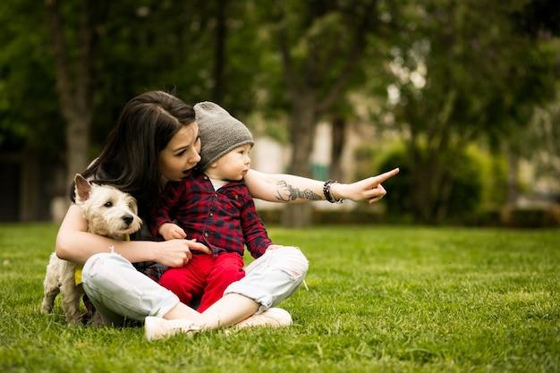 子供の赤ん坊の歩行幸せな母 無料写真