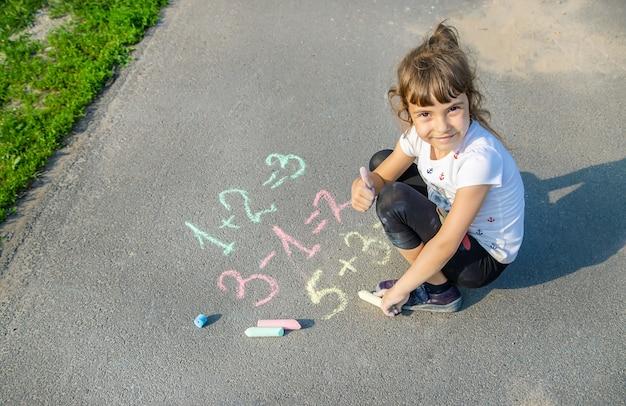 The child decides grunts on the asphalt Premium Photo