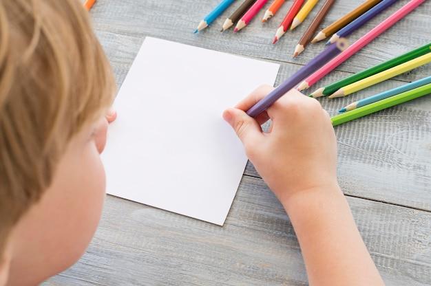 Детский рисунок красочными карандашами Premium Фотографии