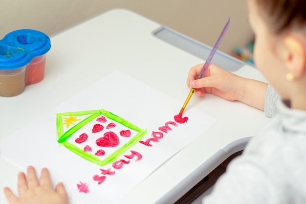 子供は言葉を描く Premium写真