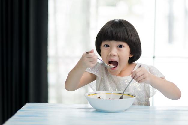 아이 먹는 음식, 행복한 시간, 아침 식사 프리미엄 사진