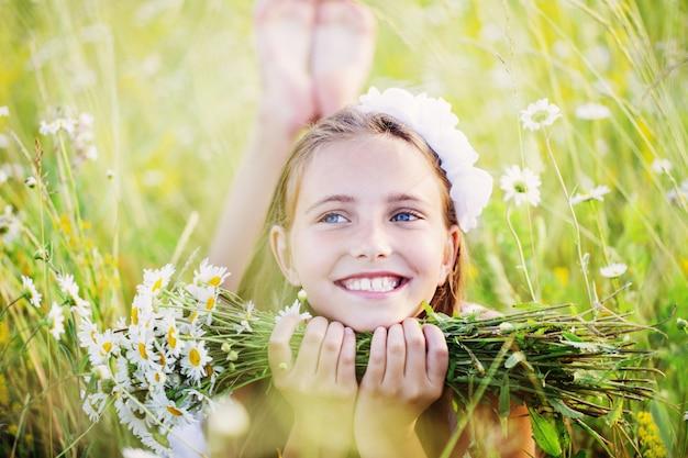 カモミールフィールドの子女の子 Premium写真