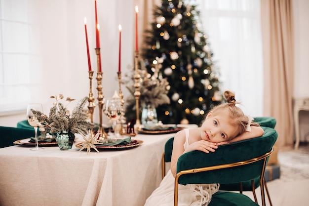 축하 테이블에서 지루한 식사를하는 동안 자리가있는 어린이 무료 사진