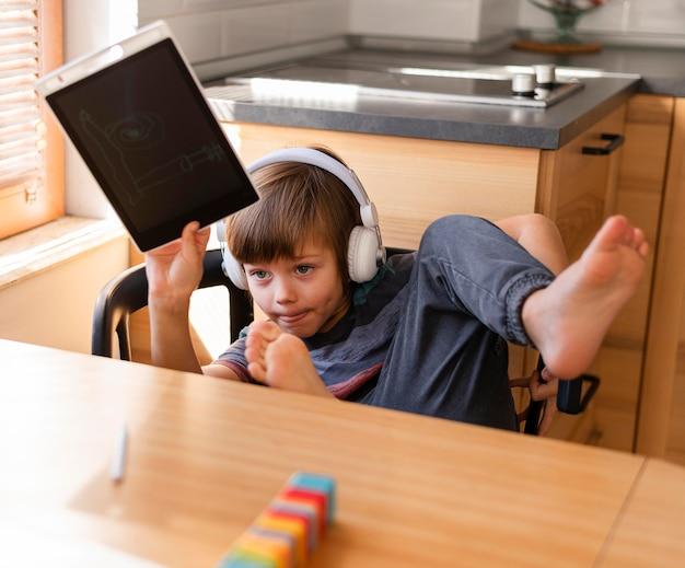 Ребенок держит рисунок онлайн-школы взаимодействия Бесплатные Фотографии