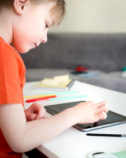 デジタルタブレットから新しい情報を学ぶ子供 無料写真