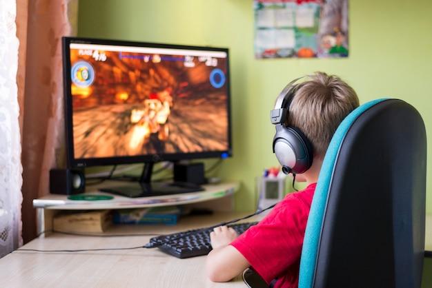Child playing computer games Premium Photo