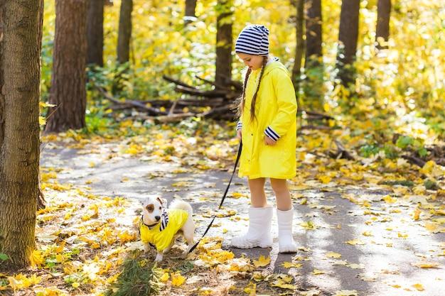 잭 러셀 테리어와 함께을 공원에서 노는 아이. 키드와 잭 러셀 테리어 개. 프리미엄 사진