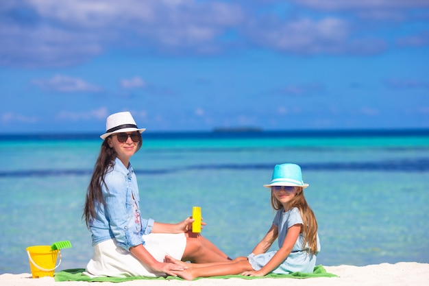 Child protection sun cream Premium Photo