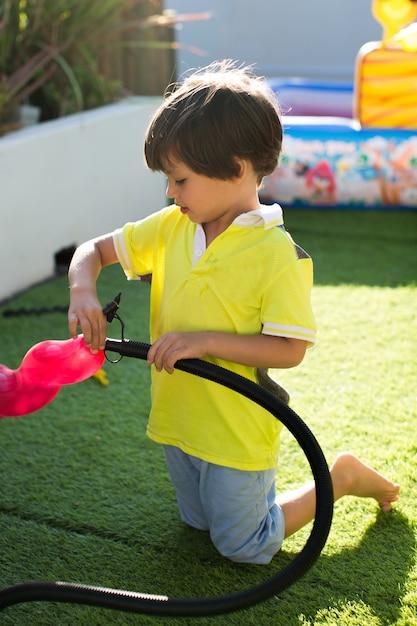 어린이 펌프는 어린이 생일 파티에서 풍선을 부풀립니다. 프리미엄 사진