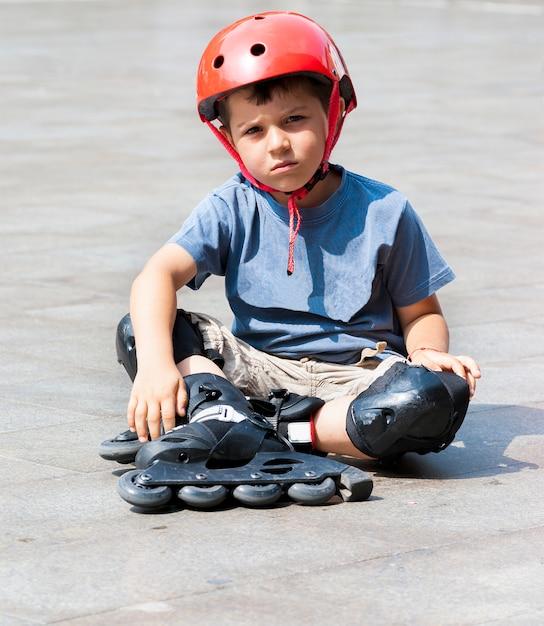 Child rollerbladin Premium Photo