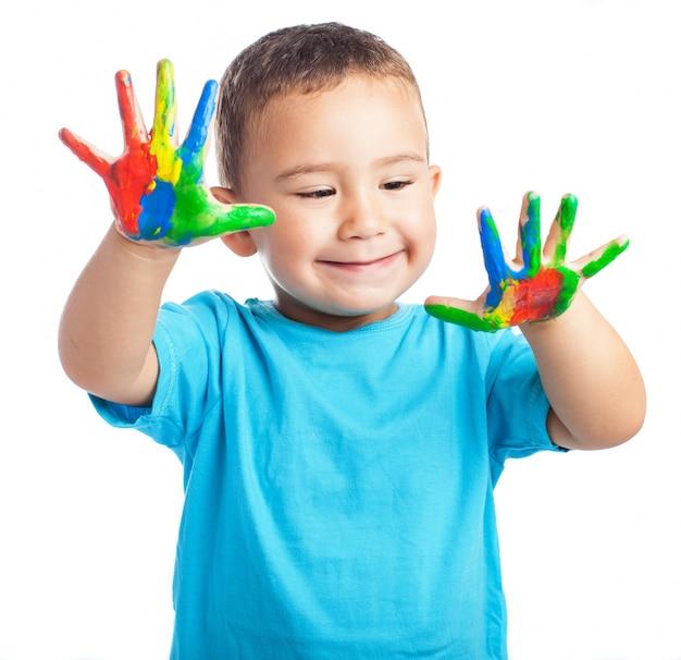 Ребенок улыбается с руками, полными краской Бесплатные Фотографии