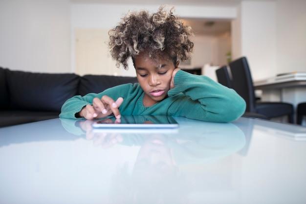 Bambino che naviga in internet sul tablet pc Foto Gratuite
