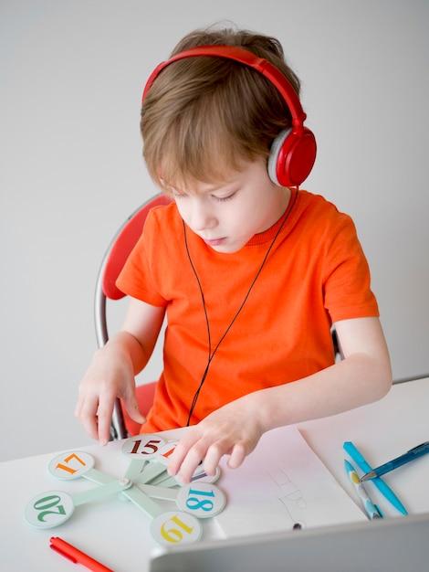 ヘッドフォンeラーニングの概念を身に着けている子 無料写真