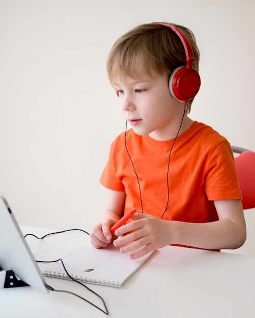 Ребенок в наушниках в онлайн-классе Бесплатные Фотографии