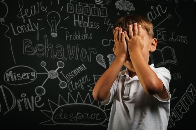 手を閉じてうつ病が黒い背景にある子供 Premium写真