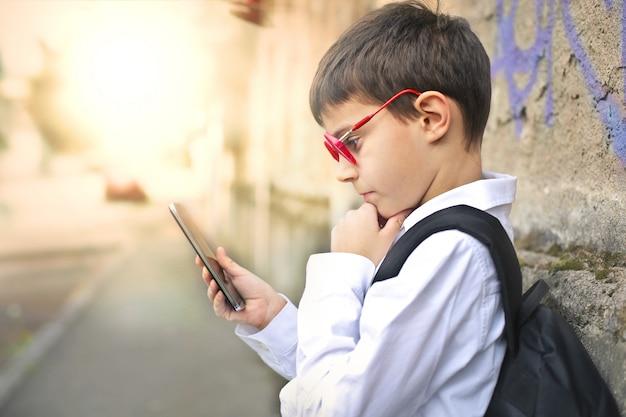 Child with smartphone Premium Photo