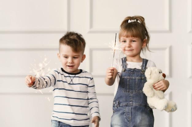 子供時代。自宅で2人の子供 無料写真