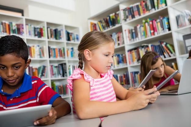 子供たちはテクノロジーを使用しています Premium写真