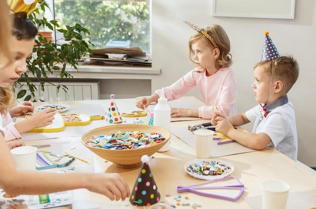 I bambini e le decorazioni di compleanno. Foto Gratuite