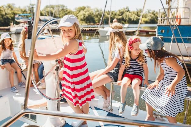 I bambini a bordo di uno yacht da mare Foto Gratuite