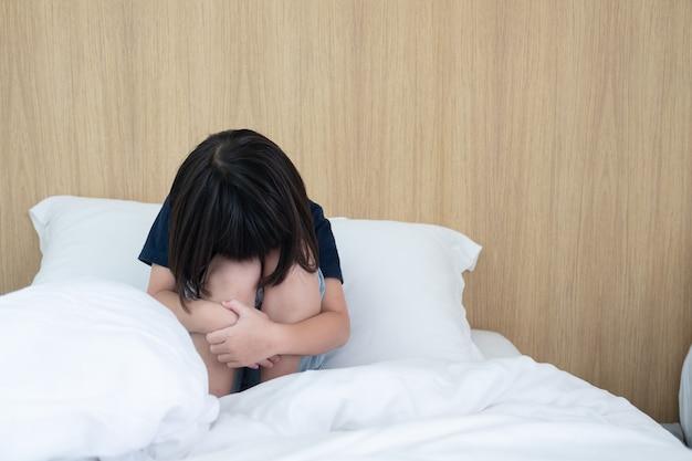 子供たちが泣いている、小さな女の子が悲しんでいる、子供が不幸 Premium写真
