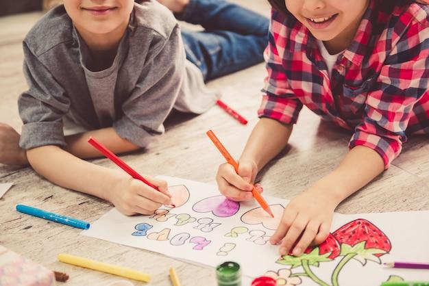 自宅で描く子供 Premium写真