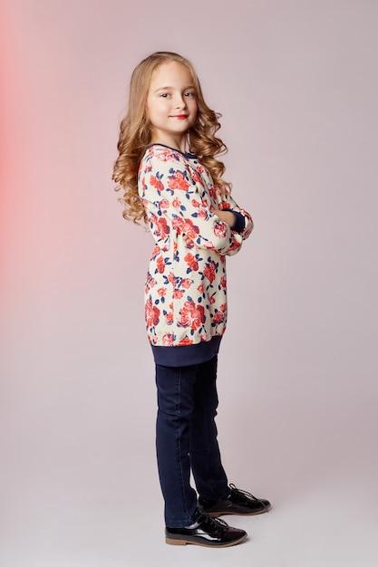 子供ファッションの若いモデルの子供たちがカメラにポーズ Premium写真