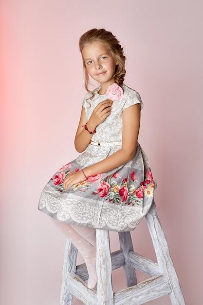 子供ファッション若いモデル子供ポーズ Premium写真