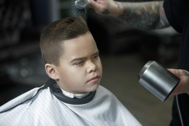 Детская парикмахерская стрижка маленького мальчика Бесплатные Фотографии
