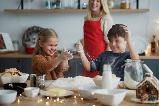 크리스마스 쿠키를 위해 과자를 준비하는 동안 재미 아이들 무료 사진