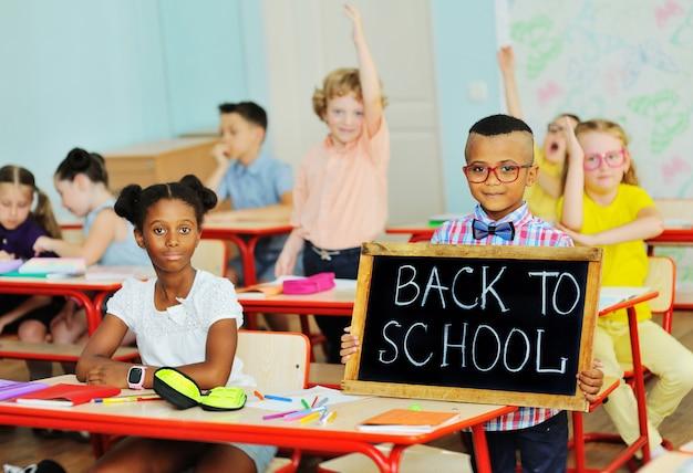 学校に戻る記号でクラスの子供 Premium写真