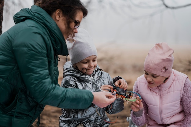 자연 속에서 과학을 배우는 아이들 무료 사진
