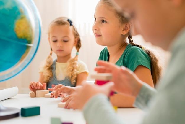 クラスで注意を払っている子供 Premium写真