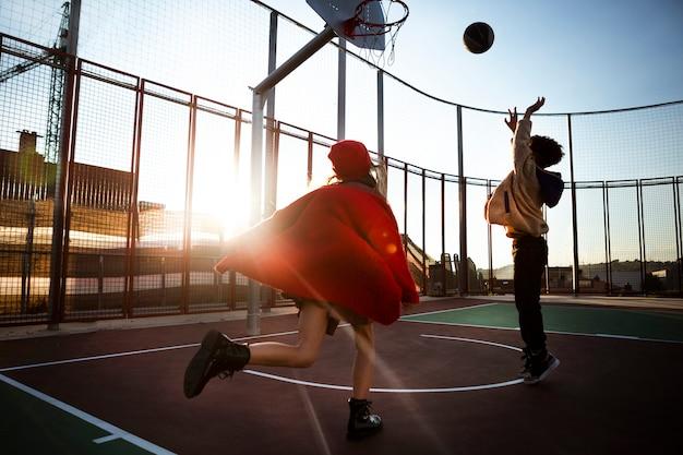 야외에서 함께 농구하는 아이들 무료 사진