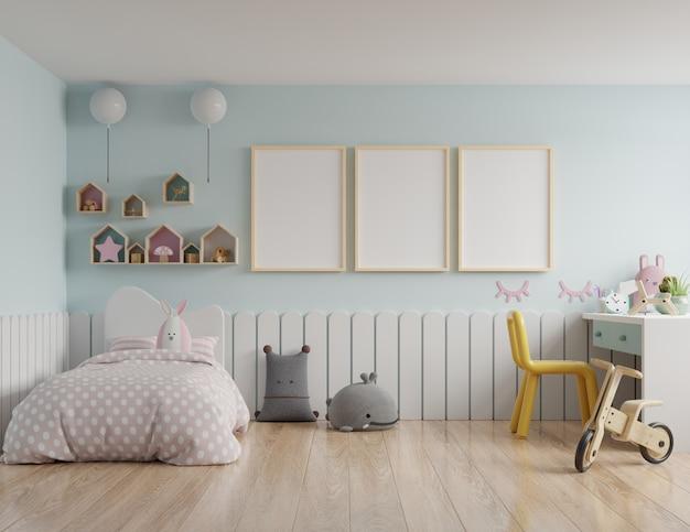 어린이 방에 지붕 집과 파란색 벽 / 모형 포스터 프레임이있는 어린이 침실 프리미엄 사진