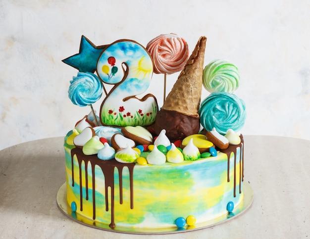 木製のメレンゲと白の子供のモダンなケーキ虹色 Premium写真