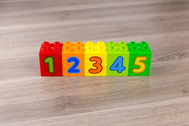 Детские пластиковые кубики для обучения математике с числами. Premium Фотографии