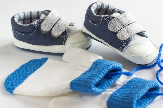 어린이 신발과 장갑 흰색 바탕에 프리미엄 사진