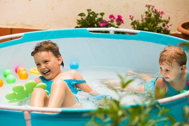 Дети, купающиеся в детском бассейне Бесплатные Фотографии