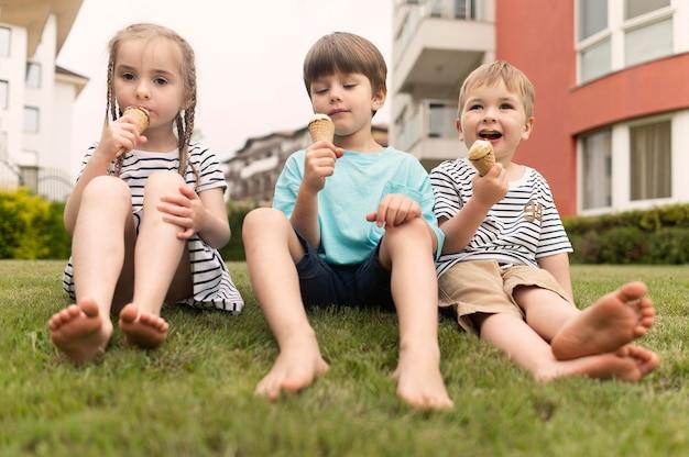 アイスクリームを楽しむ子供たち 無料写真