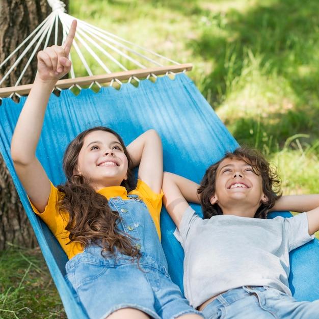 ハンモックに座っている子供たち 無料写真
